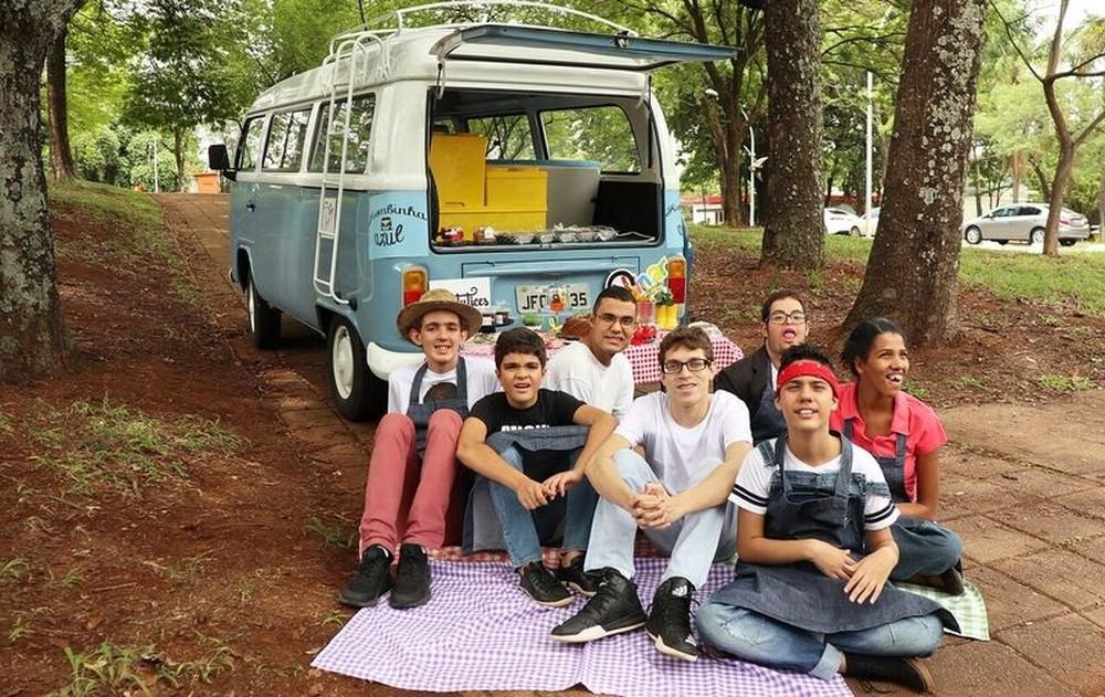 Jovens autistas usam Kombi azul como food truck para vender quitutes sem glúten e lactose