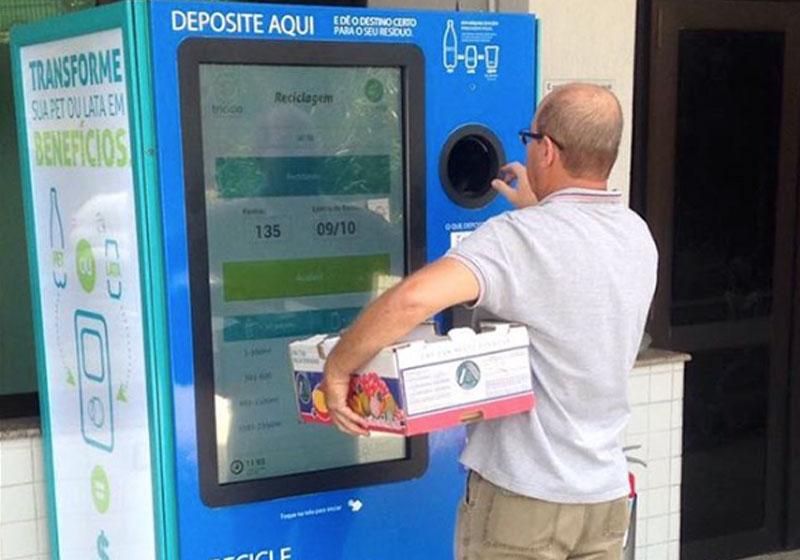 Máquina troca embalagens por passagens e descontos na conta de luz