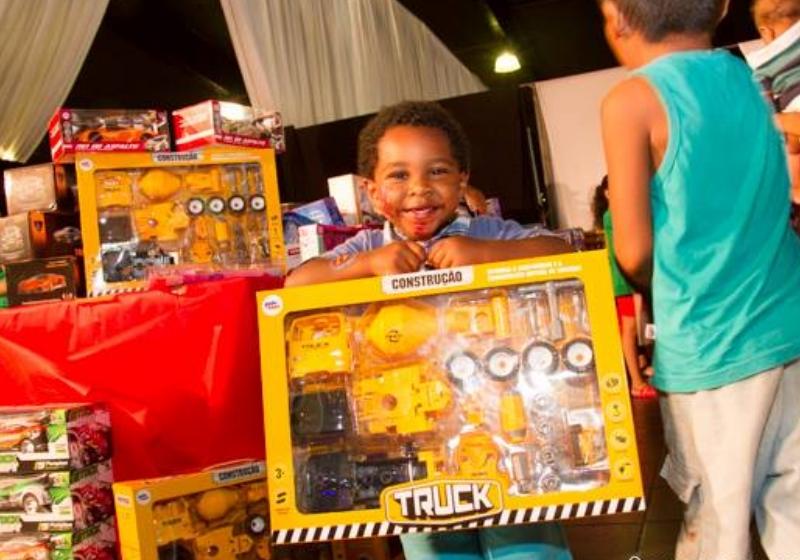 Projeto Natal de Amor: Crianças carentes escolhem e ganham brinquedos novos